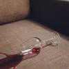 Como tirar mancha de sofá? Descubra as melhores técnicas